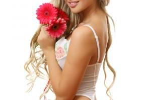 Devez-vous vraiment être beau pour séduire une très belle femme ? La vérité enfin révélée