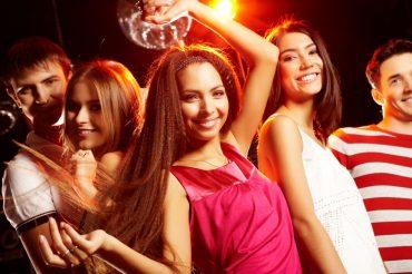 danser avec une femme en discothèque