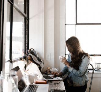 Draguer au travail : 4 étapes pour séduire une collègue sans se faire rejeter