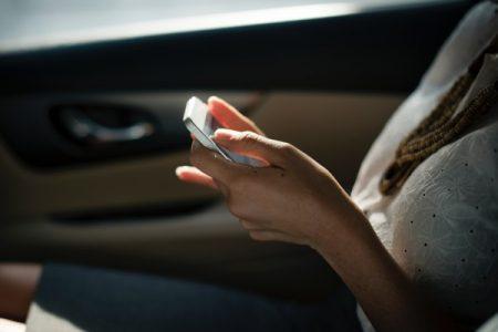 Comment draguer une fille qui est tout le temps sur son téléphone ?