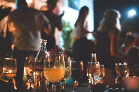 Draguer en soirée : avantages et inconvénients de la séduction en soirée privée
