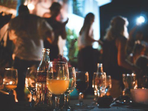 draguer en soirée avantages et inconvénients de la séduction en soirée privée